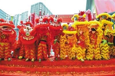 中国侨网图为1月1日舞狮队在马来西亚吉隆坡表演。 新华社记者 张纹综摄