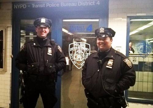 中国侨网黄约翰(右)和普拉兹(左)在列车进站的15秒前将一名摔落月台的男子救出。(美国《世界日报》 纽约市警提供)
