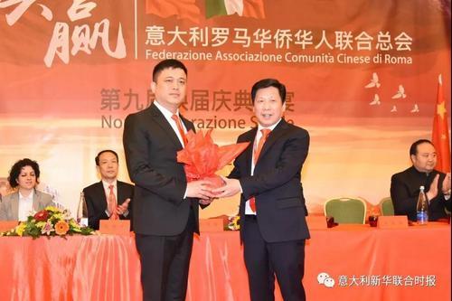 中国侨网第九届会长胡海锋(左)从第八届会长张国权(右)手上接过会印。(意大利《新华联合时报》微信公众号)