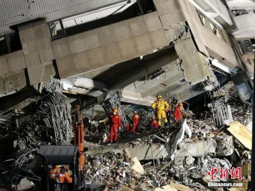 中国侨网花莲地震救援人员进行搜救。 中新社记者 肖开霖 摄