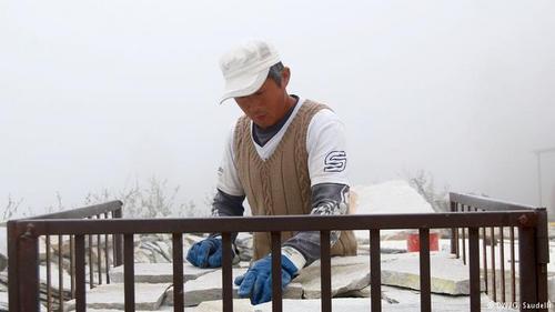 中国侨网意大利的华人石匠(图片来源:德国之声中文网)