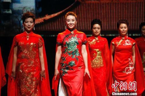 中国侨网图为加拿大北京协会模特队表演旗袍秀《北京城》。