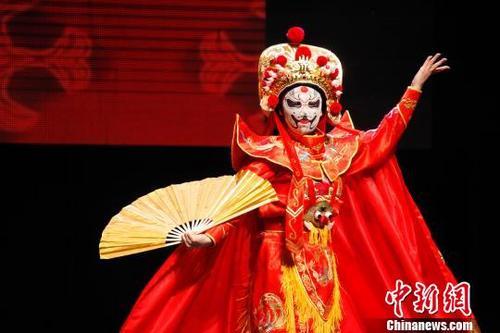 中国侨网图为戏曲演员盛莉表演川剧变脸。