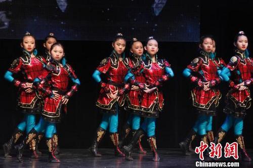 中国侨网图为当地华人舞蹈学校的女孩们表演舞蹈《花木兰》。
