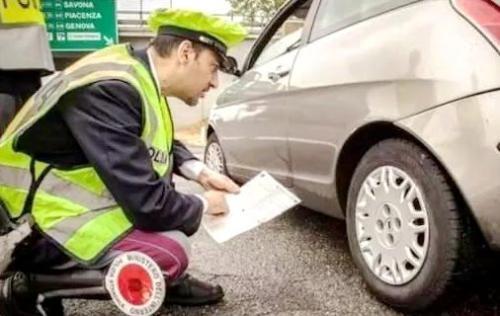 中国侨网意大利交通警察检查车辆轮胎。(意大利欧联网资料图)