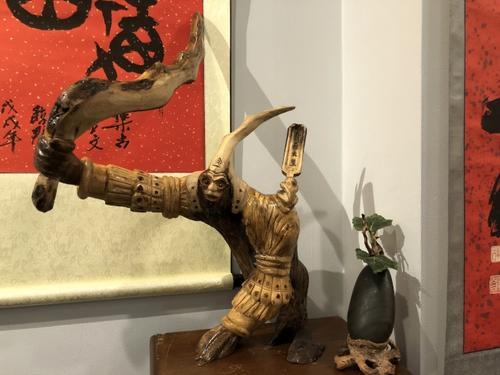 美国华人雕塑家变废木为宝贝巧手雕出新生命