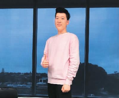 中国侨网朱铭壕就读于新西兰高等教育学院,曾在幼儿园做过兼职。他认为校外兼职要签订合同。图为朱铭壕在其兼职的幼儿园。
