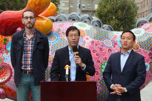 中国侨网威善高(左)、潘君达(中)和邱信福(右)都是推动认可农历新年法案的议员。(美国《世界日报》/李晗 摄)