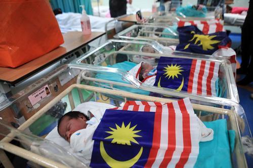 中国侨网槟城中央医院在大马61周年独立日迎来6名各族国庆宝宝,意义非凡。(马来西亚《光华日报》)