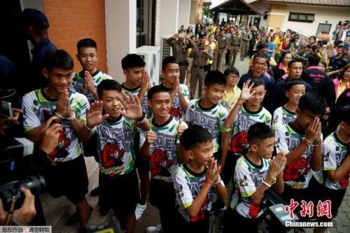 中国侨网资料图:曾受困清莱岩洞的12名泰国少年足队球员和他们的教练出院后出席记者会。