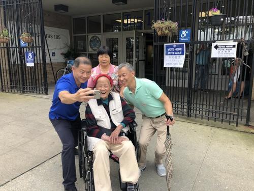 坐轮椅也要投票纽约97岁华裔老人用选票发声