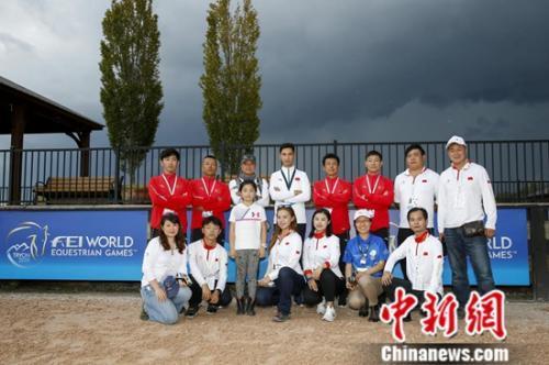 中国侨网参赛选手合影。国际马联供图 夏原浦摄