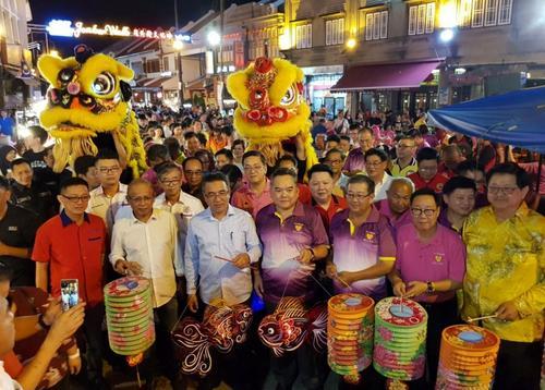 中国侨网甲州首长阿德里(左三)走入鸡场街与八大宗乡团庆中秋。(马来西亚《星洲日报》)