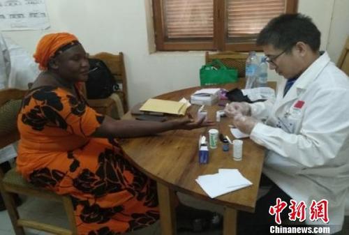 中国侨网王乐见医生为非洲患者治疗。受访者提供