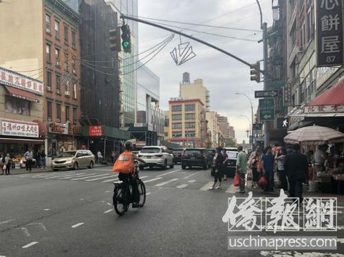 纽约华裔外卖送餐员遇车祸头盔掉落险留违规记录