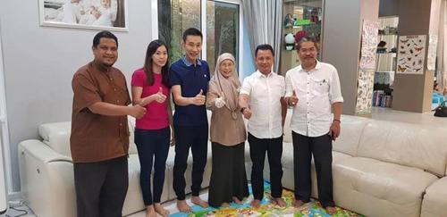 中国侨网万·阿齐扎·万·伊斯梅尔(右三)说,她是带着安瓦尔的问候探望李宗伟。(马来西亚《中国报》)