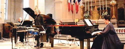 中国侨网当晚的音乐会以钢琴家周勤龄(右),钢琴家惠普曼(左)和打击乐家米侯格利奥组成豪华阵容,用音乐和诗歌打动了在场的中法观众。(法国《欧洲时报》/孔帆 摄)