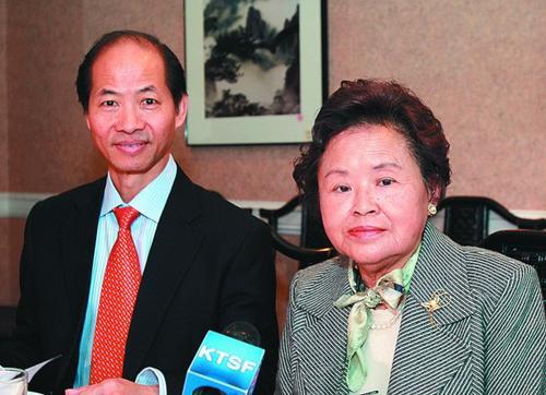 中国侨网祖炳民教授夫人傅虹霖(右)过世。 (美国《世界日报》档案照)