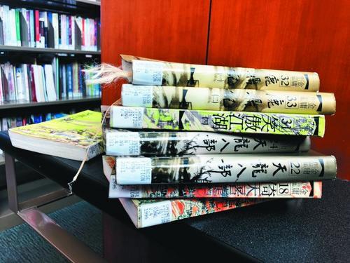 中国侨网库比蒂诺图书馆收藏不少金庸的武侠小说,受到许多华裔读者的支持。(美国《世界日报》/林亚歆 摄)