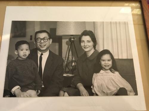 美国白人50年前嫁华人冲破传统成父母不原谅的婚姻