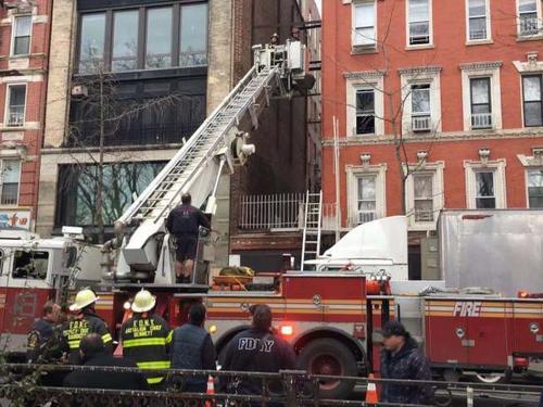 纽约曼哈顿华埠一居民楼发生火灾暂无人员伤亡