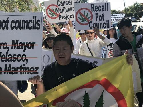 中国侨网8日上午,数百名民众在美国艾尔蒙地市进行抗议游行。(美国《侨报》/聂达 摄)