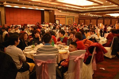 中国侨网中餐馆平安夜生意火爆,可看到满满的用餐人潮。(图片来源:美国《世界日报》 颜嘉莹/摄)