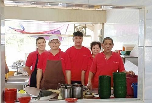 中国侨网黎家第三代已经接手茶室生意。左起为黎富凤、佘琼岳、黎业融、周桂蓉及黎兆麟。(马来西亚《星洲日报》)