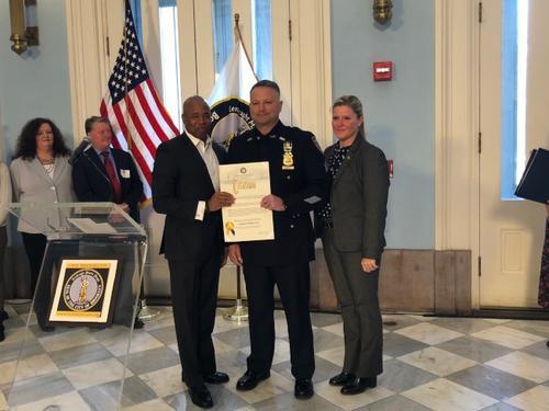 中国侨网警佐哈特7日获得纽约布鲁克林区长亚当斯表彰。(美国《世界日报》/颜洁恩摄影)