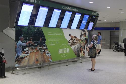 中国侨网美国休斯敦布什国际机场欢迎各地民众到休斯敦,这座人口高度多元化的都市。(美国《世界日报》/郭宗岳 摄)