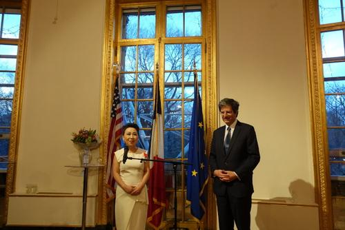中國僑網謝可緯(左)接受法國常駐聯合國代表Francois Delattre所頒發的法國國家榮譽騎士勛章。(美國《世界日報》/金春香 攝)