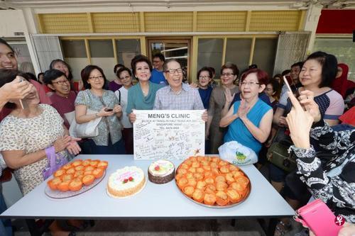 悬壶济世55年新加坡八旬华人医生退休数百街坊欢送
