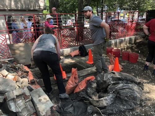 美国波士顿华埠首次考古挖掘中国瓷器碎片出土
