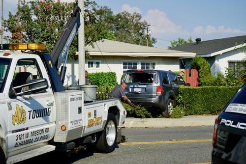 美国警察飚车抓贼酿车祸一辆车撞入路旁华人民宅