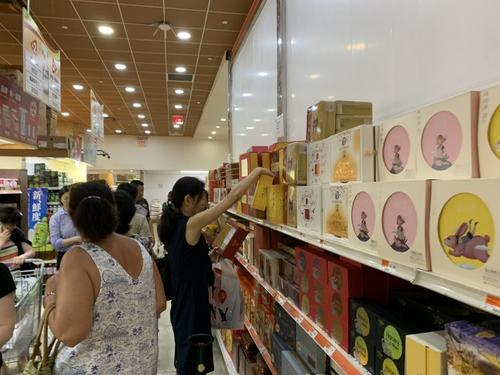 美华社进入月饼销售高峰商家推新口味吸引年轻华裔