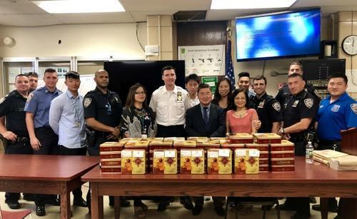 分享节日喜悦纽约市议员与老人中心向警局赠送月饼