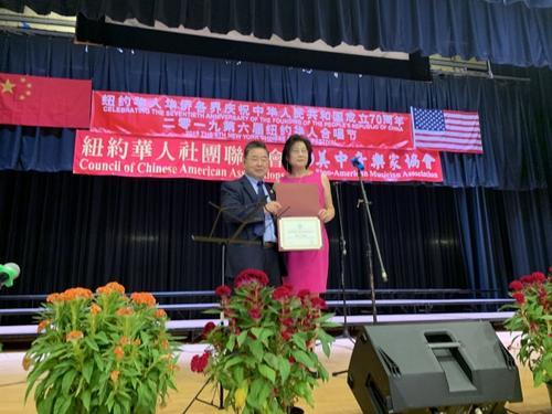 中国侨网图为顾雅明(左)为陈梅(右)颁奖感谢华人社团联席会丰富社区生活。(美国《世界日报》/牟兰 摄)
