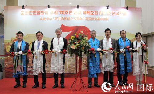中国侨网图为参加开幕式的嘉宾为活动剪彩。人民网记者 马菲摄