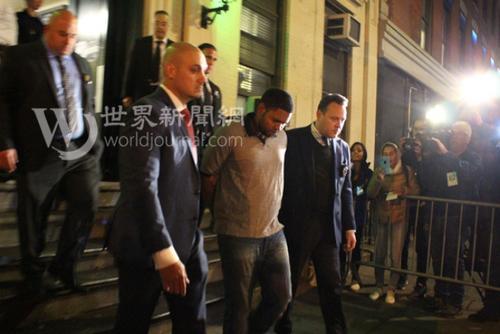 中国侨网凶手桑托斯被押出华埠五分局。(图片来源:美国《世界日报》 张晨/摄)