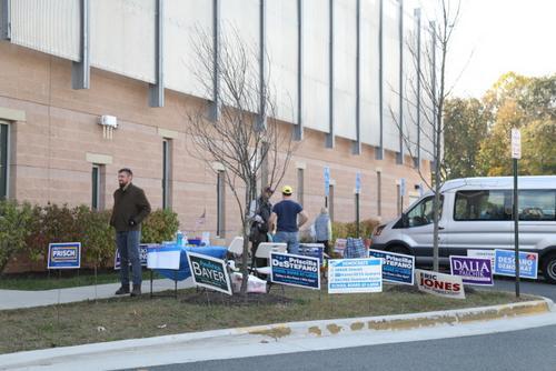 美国弗吉尼亚州议会选举开始华人选民投票热情高