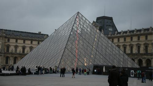 中国侨网卢浮宫金字塔。(法国《欧洲时报》/黄冠杰 摄)