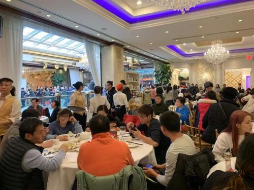 感恩节吃团圆饭 纽约法拉盛中餐厅顾客爆满