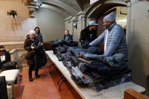 纽约曼哈顿包厘救济所发冬衣为华人耆老送温暖