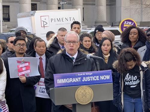 中国侨网纽约市主计长斯静格30日致信移民局,公开反对调涨入籍费用。(美国《世界日报》/和钊宇 摄)