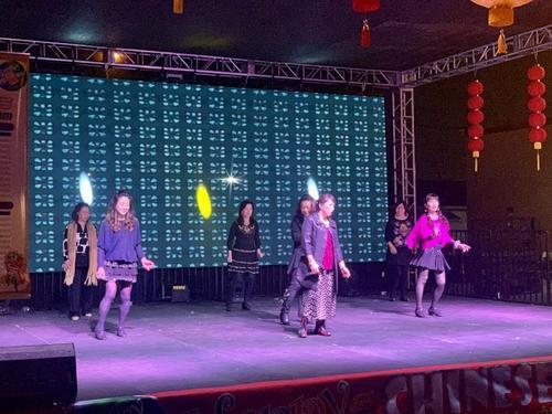 美国华人大妈表演中西合璧广场舞惊艳外国观众