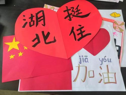 斐济逸仙学校师生手绘海报为中国抗疫加油