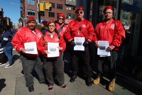 """中国侨网""""守护天使""""在纽约华埠巡逻,并招募华人队员。(美国《世界日报》/张晨 摄)"""