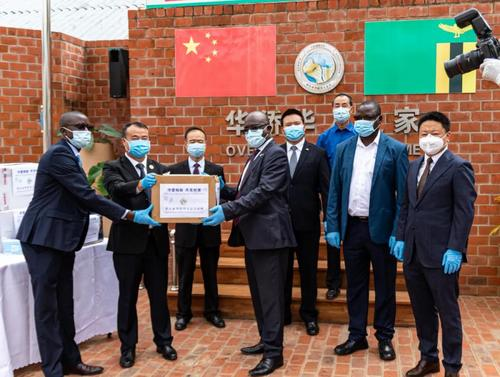非洲华侨周报:赞比亚华人社团向当地媒体捐赠防疫物资