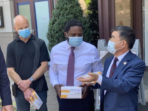 纽约市府官员走访商户华裔市议员吁关注亚裔商家
