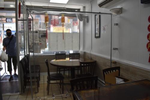 纽约华埠中餐馆搭建临时隔间为开放堂食做准备